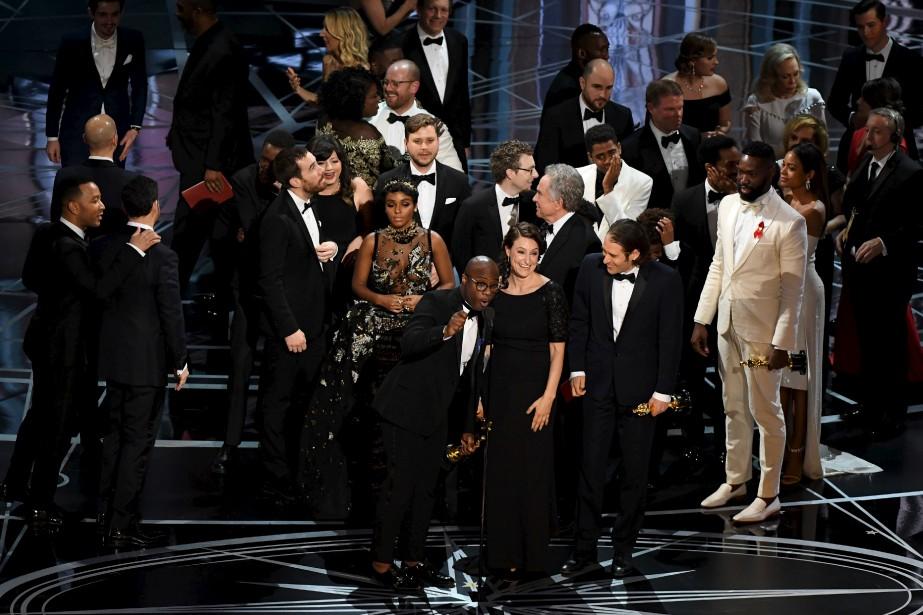 Le réalisateur de Moonlight, Barry Jenkins, a accepté l'Oscar du meilleur film dans la confusion, après que Pour l'amour d'Hollywood eut d'abord été déclaré vainqueur. | 27 février 2017
