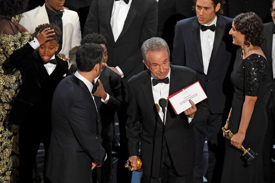 Warren Beatty montre l'enveloppe qui déclare Moonlight gagnant du meilleur... | 2017-02-27 00:00:00.000