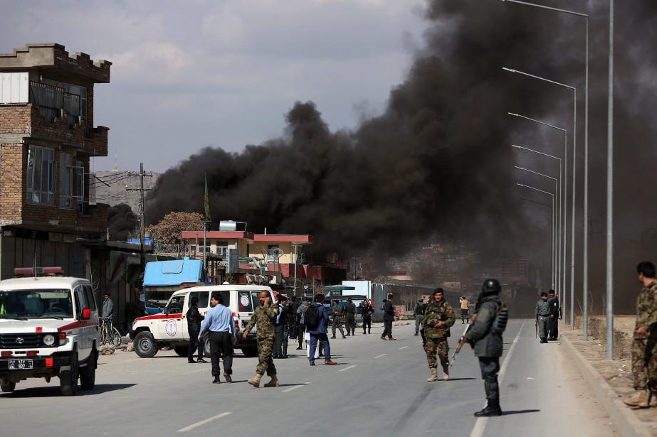 Une épaisse colonne de fumée noire s'est élevée... (Photo Rahmat Gul, Associated Press)