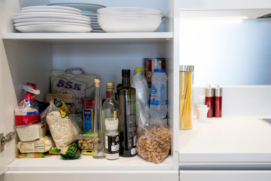 L'espace «garde-manger» contient des ingrédients de base pour cuisiner. (Photo Marco Campanozzi, La Presse)