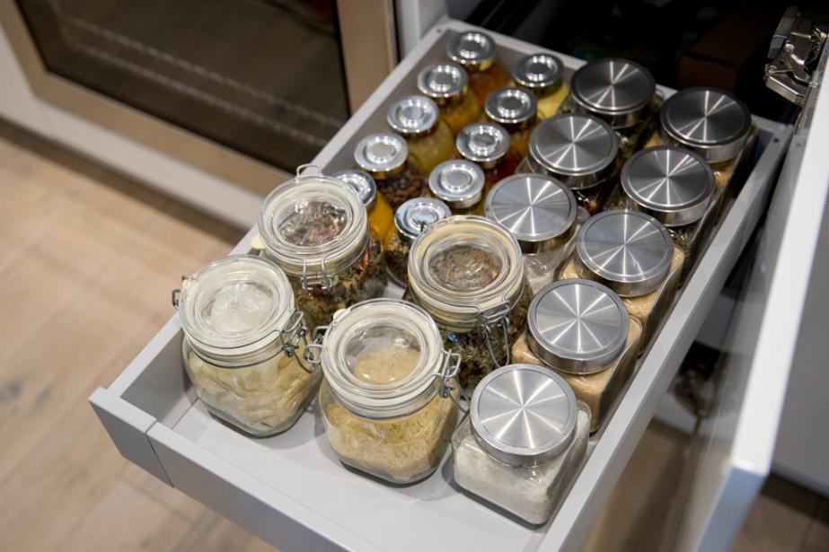 Ce tiroir regroupe des épices et des mélanges d'épices préparés par la mère d'Hakim Chajar, qui vit au Maroc. (Photo Marco Campanozzi, La Presse)