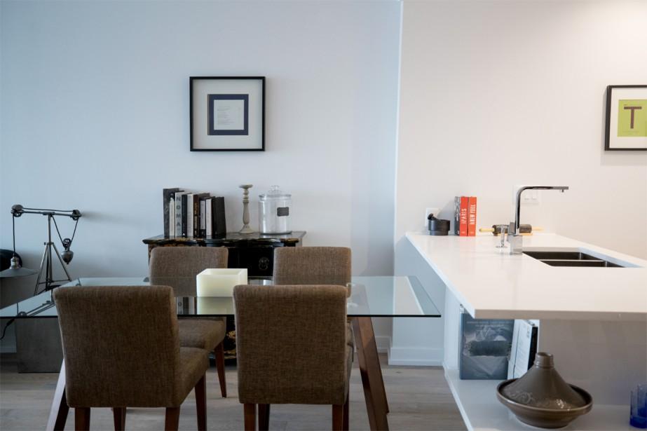 La table de salle à manger a été disposée contre l'îlot de cuisine. (Photo Marco Campanozzi, La Presse)