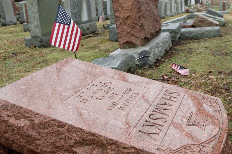Plus de 170 tombes ont été renversées dans... (photo Tom Gannam, REUTERS)