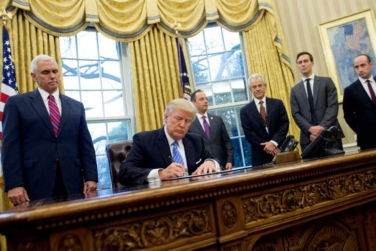 Le décret de Donald Trump (qu'il signe sur... (AFP, Saul Loeb)