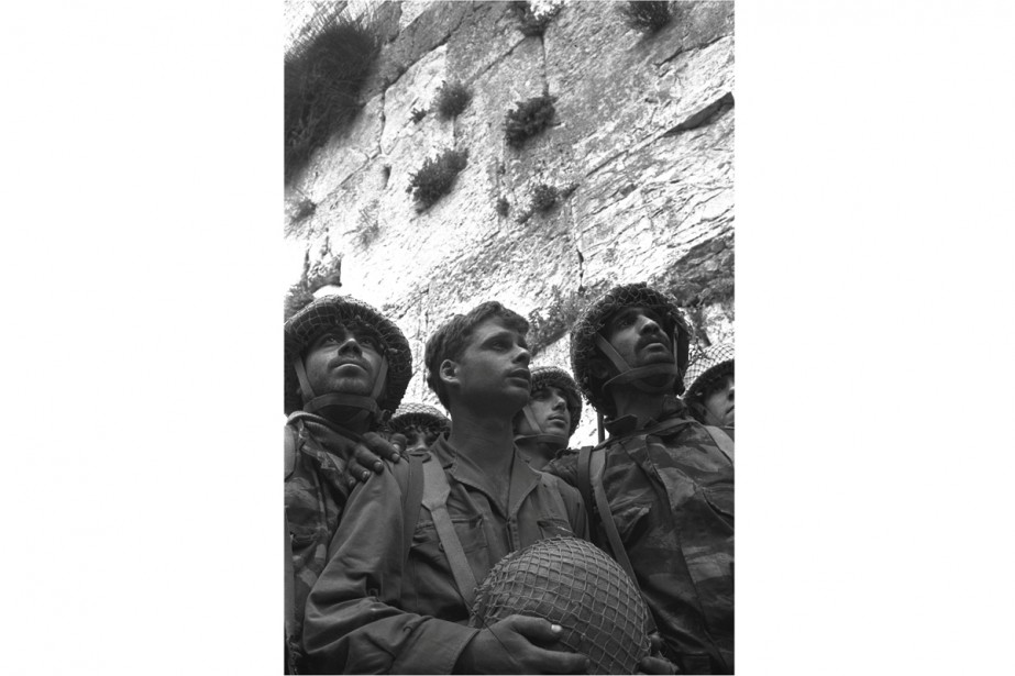 Son portrait de trois parachutistes israéliens contemplant le... (PHOTO ARCHIVES REUTERS)