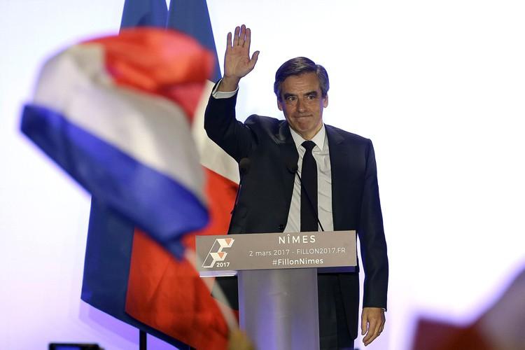 En s'accrochant, François Fillon (photo) «emporte son camp... (PHOTO AP)