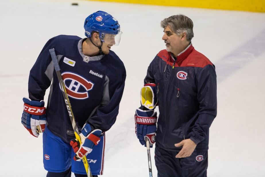 Le défenseur Brandon Davidson discute avec l'entraîneur adjoint Jean-Jacques Daigneault. (Photo Simon Giroux, La Presse)