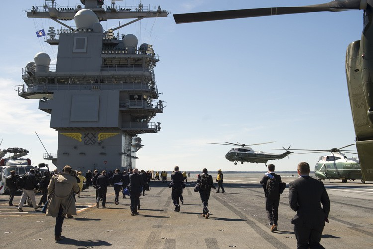 L'hélicoptère présidentiel Marine One se pose sur le... (PHOTO AFP)