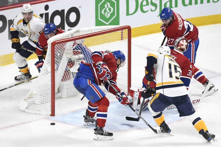 La rondelle passe très près d'entrer dans le but alors que la défense du Canadien est prise à contre-pied. (PHOTO BERNARD BRAULT, LA PRESSE)