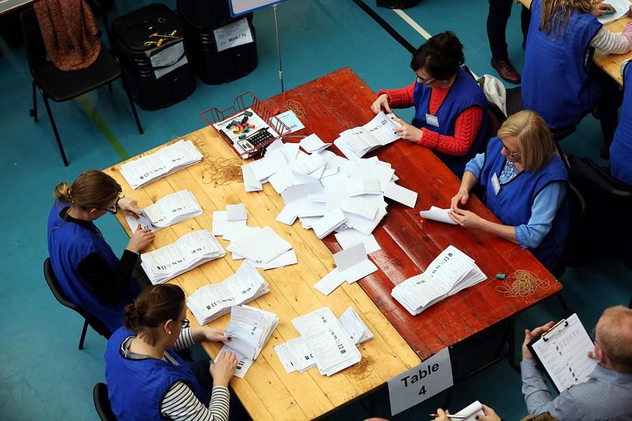 Des employés d'un bureau de vote de Ballymena... (PHOTO PAUL FAITH, AGENCE FRANCE-PRESSE)