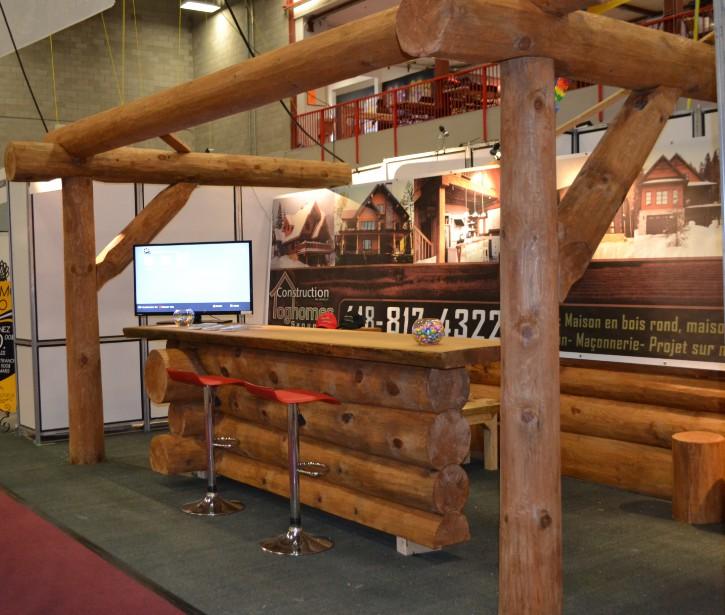 Loghomes en met plein la vue. Mention honorable à l'utilisation de ces immenses billots de bois qui représentent parfaitement l'entreprise spécialisée en construction de maisons en bois rond. (Claudie Laroche)