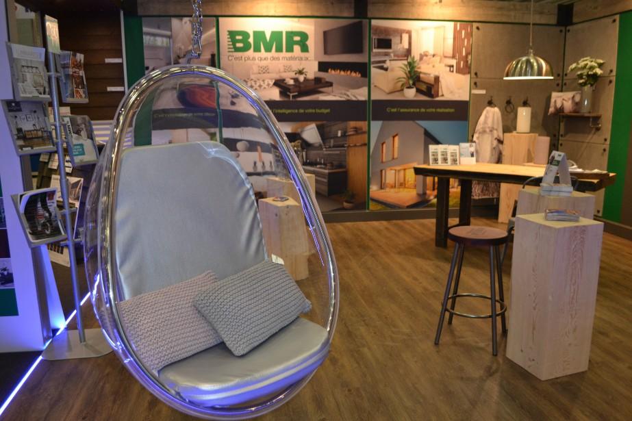 La Réserve de bois BMR présente un concept fort attrayant avec cette chaise moderne suspendue à l'entrée. Le bois, le modernisme et le style industriel y sont bien représentés. (Claudie Laroche)