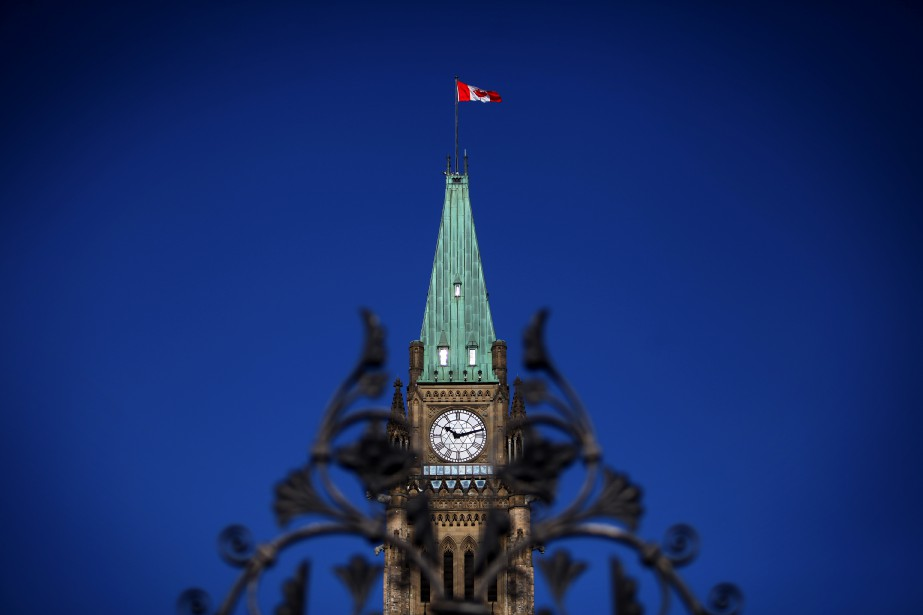 The Canadian flag flies above Parliament Hill in... (Photo Cole Burston, Bloomberg)