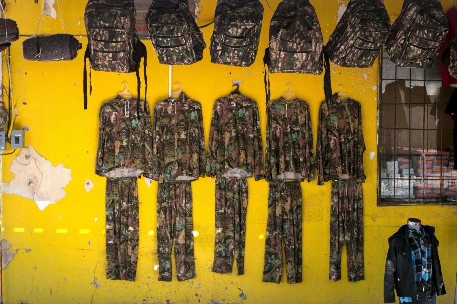 Sacs et tenues camouflées pour les candidats à un passage illégal aux États-Unis, à Altar, une petite ville de migrants, dans l'État de Sonora. Les narcotrafiquants y contrôlent toutes les pistes menant vers la frontière, dans le désert. Ils forcent les migrants à passer avec de la drogue. (AFP, Guillermo Arias)