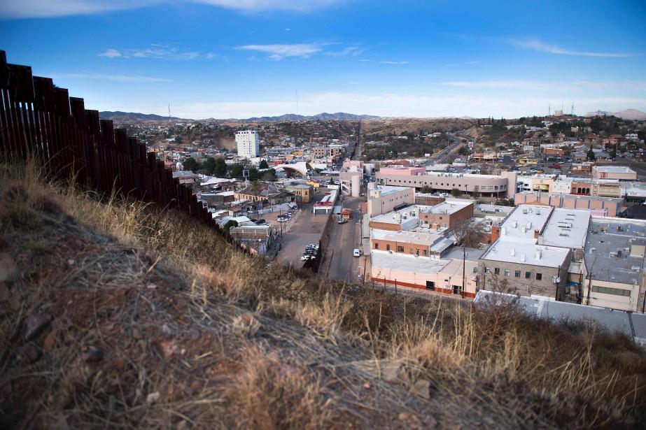 La barrière séparant Nogales, en Arizona, à droite, et Nogales, Mexique (AFP, Jim Watson)