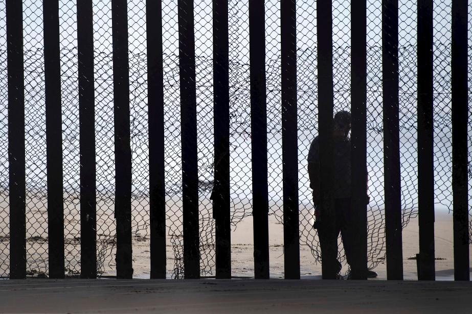 Un homme se tenant du côté mexicain, en face de San Diego, en Californie. (AFP, Jim Watson)