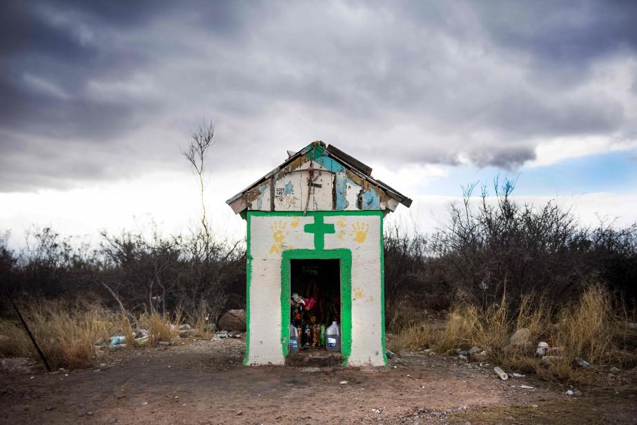 Les gens qui traversent la frontière peuvent trouver des chandelles et de l'eau dans cette petite cabane à Bisbee, en Arizona. (AFP, Jim Watson)