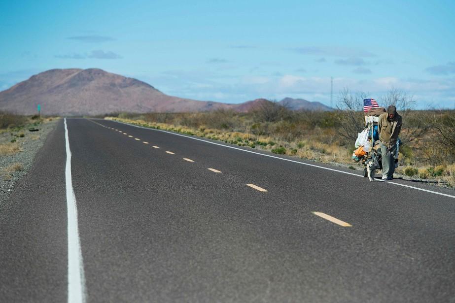 L'Américain Chris Kirkland qui marche sur la route à l'extérieur de Columbus, au Nouveau-Mexique. (AFP, Jim Watson)