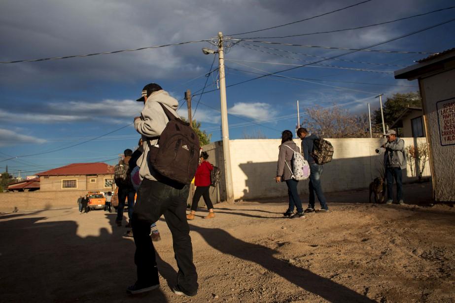 Des immigrants expulsés rentrent au Mexique, à Nogales. (AFP, Guillermo Arias)