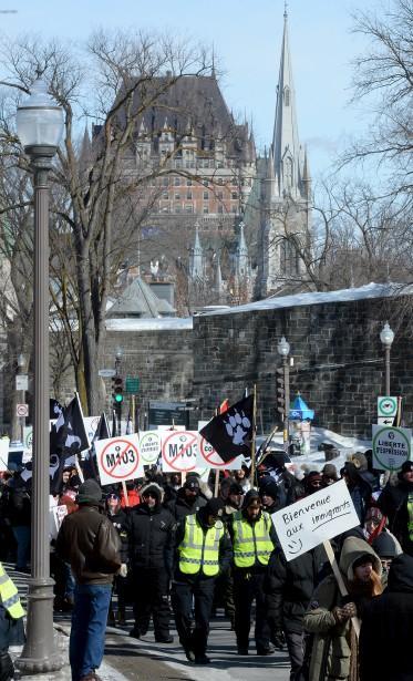 Des membres de La Meute marchent derrière des contre-manifestants affiliés au Mouvement étudiant révolutionnaire, venus passer un message opposé.   4 mars 2017