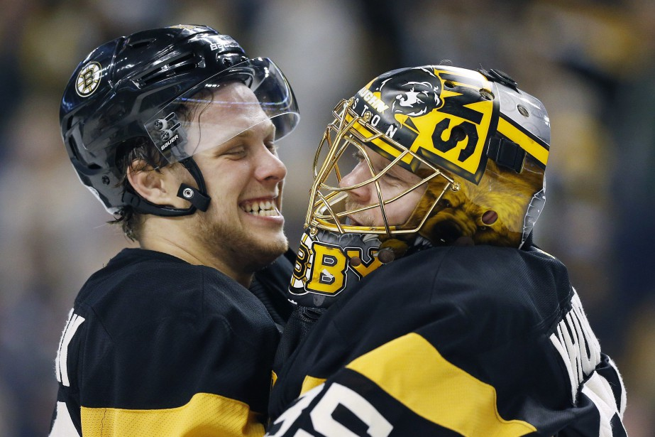 David Pastrnak festoie avec son coéquipier Anton Khudobin... (PHOTO Michael Dwyer, AP)