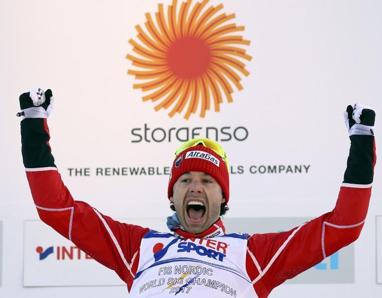 Le fondeur était tout sourire sur le podium. (Photo Kai Pfaffenbach, REUTERS)