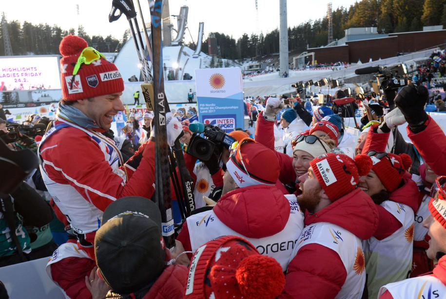 Les membres de l'équipe canadienne ont soulevé le champion sur leurs épaules. (PHOTO Christof STACHE, AGENCE FRANCE-PRESSE)