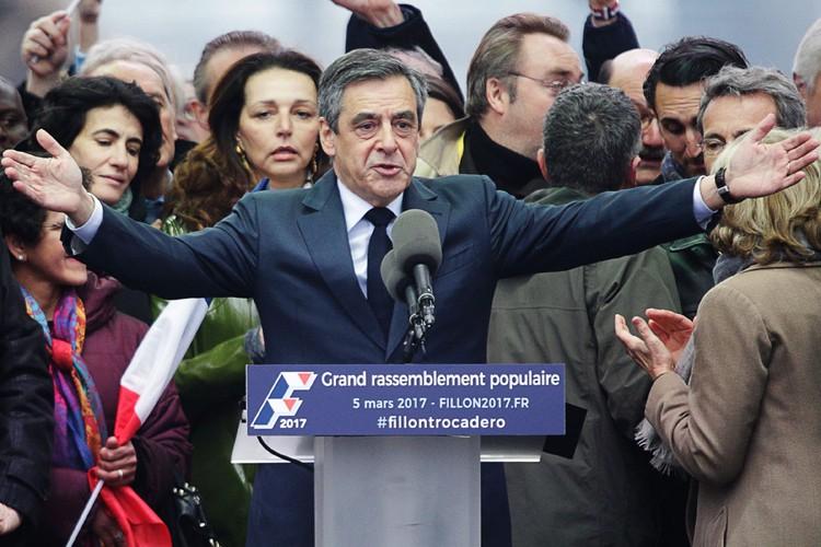 François Fillon salue ses supporters lors d'un rallye... (PHOTO AFP)