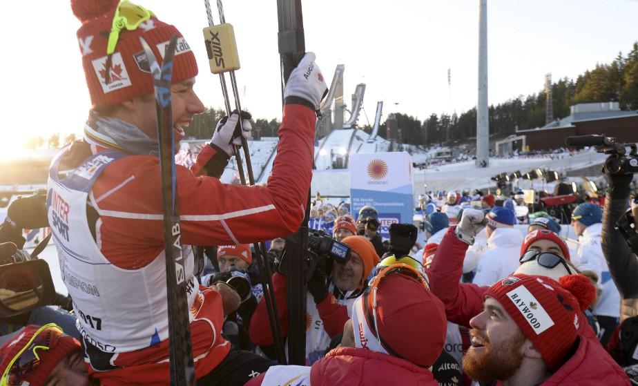 Alex Harvey a célébré sa victoire du 50 kilomètres lors des Mondiaux de ski de fond à Lahti, en Finlande, avec toute son équipe. Cette médaille d'or représente beaucoup pour le Canada, puisqu'elle pourra inspirer une nouvelle génération de jeunes fondeurs. | 5 mars 2017