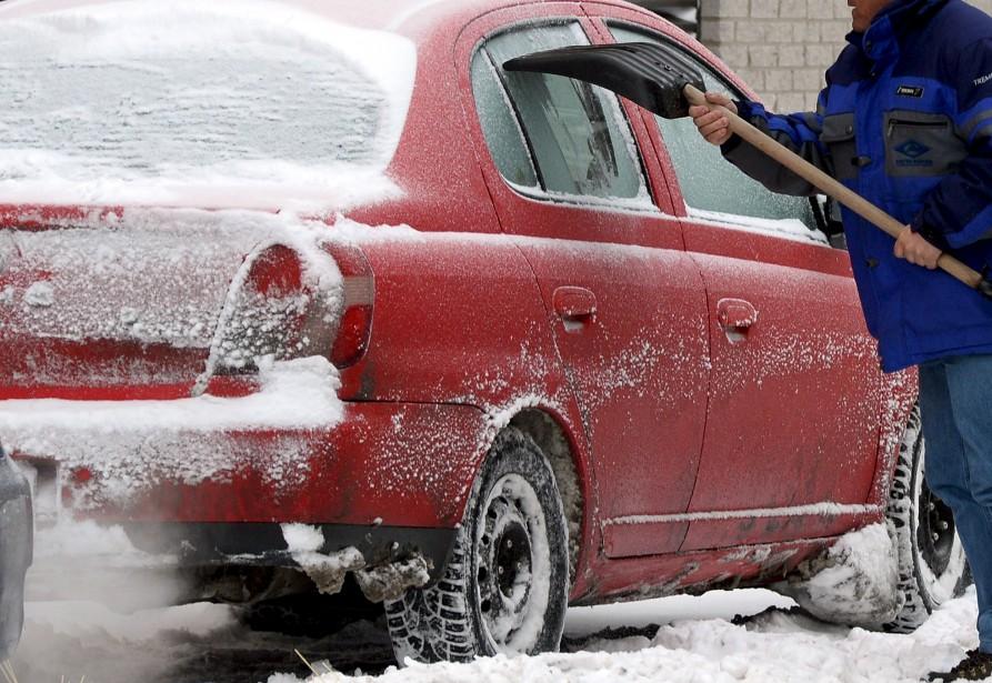 Les lendemains de tempête ne sont pas de la tarte pour les automobilistes. Le 8 février, ce résident du quartier Saint-Roch a décidé de prendre les grands moyens pour enlever la glace sur les vitres de son véhicule... Comme le dit la maxime, la nécessité est mère de l'invention... Normand Provencher Données techniques: Nikon D4. Focale 200mm, ISO 800, ouverture f8, vitesse 1/400e seconde | 5 mars 2017