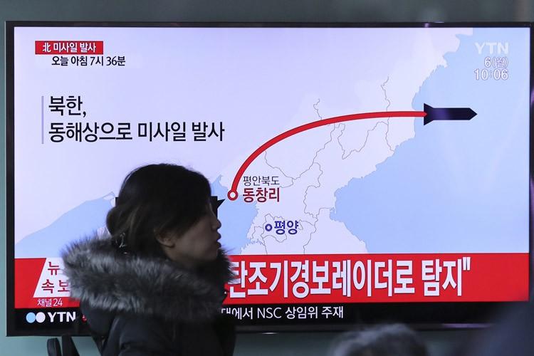 Un bulletin de nouvelles sud-coréen, décrivant les tirs... (PHOTO AP)