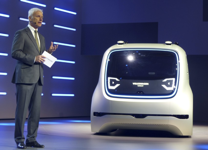 C'est la première fois que le Groupe Volkswagen --le holding qui regroupe les cinq marques du groupe-- présente un prototype. Normalement, chaque marque produit ses voitures concepts, qui sont sont présentés comme des Volkswagen, Audi, Skoda, Porsche ou Seat. (AP)