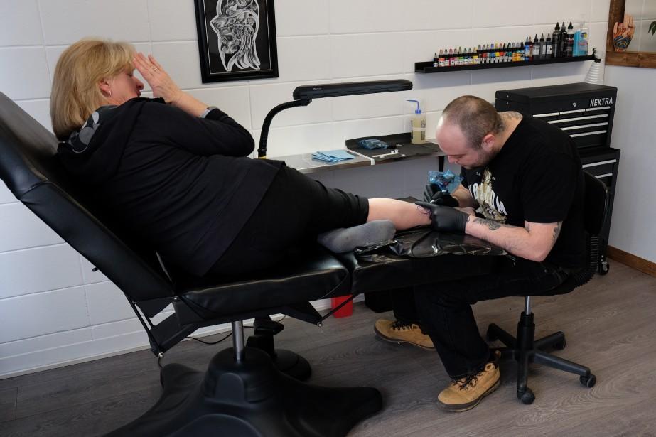 Guylaine Lacerte a tenu promesse. Lundi, elle a été la première à se faire tatouer, non sans stress, dans le nouveau studio de son fils Olivier, Ollie Art Tattoo, rue Boivin. | 6 mars 2017
