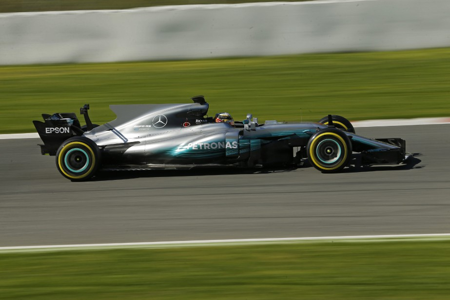 Lewis Hamilton au volant de sa nouvelle Mercedes... (AP)