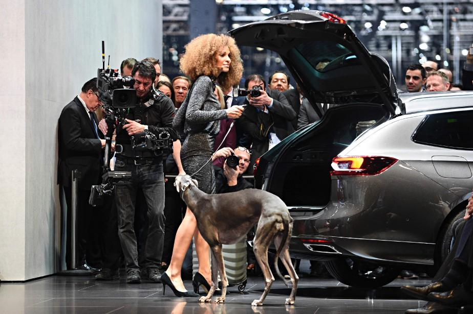 Une hôtesse et son chien posent pour les photographes. (AFP)