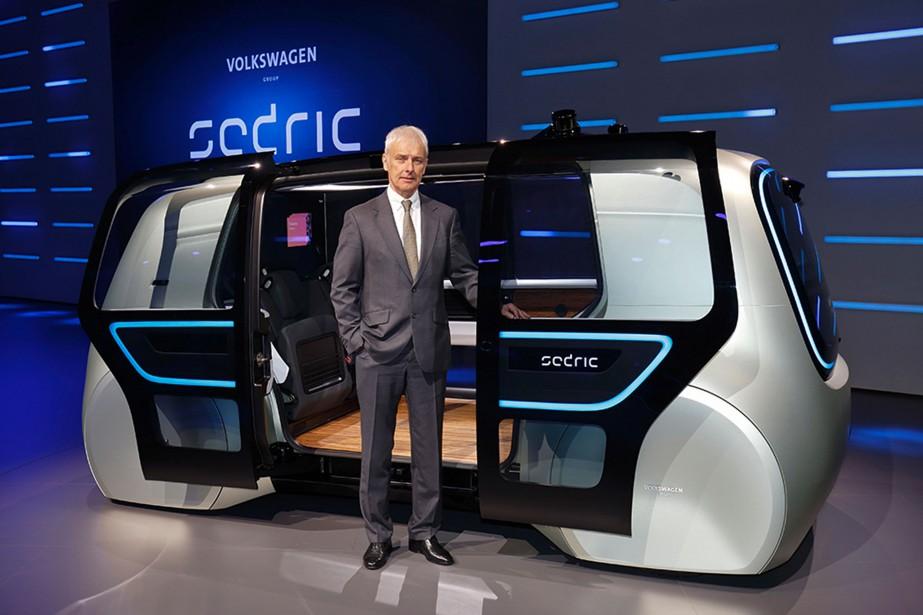 Le patron du Groupe Volkswagen, Matthias Mueller, pose devant le prototype électrique autonome Sedric. (AFP)