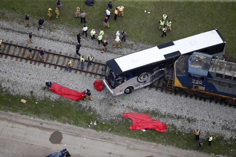 Les autorités estiment que l'autobus était immobilisé sur... (PHOTO AP)