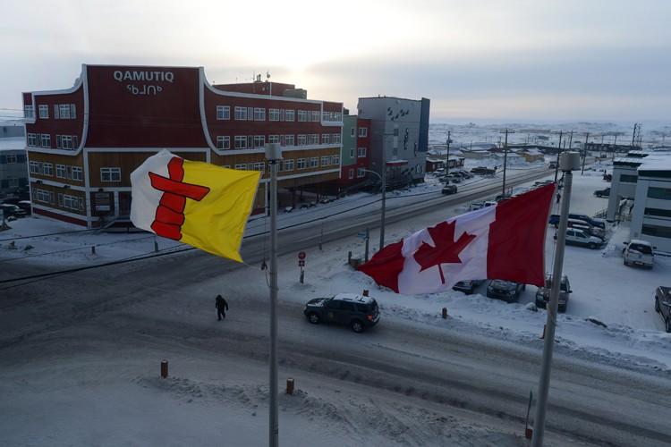 Les drapeaux du Nunavut et du Canada flottent... (ARCHIVES PC)