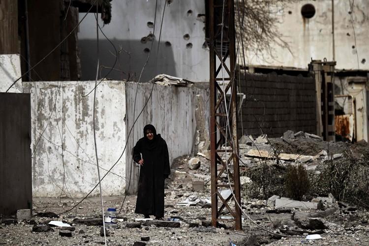 Une femme âgée sort de son abri après... (PHOTO AFP)