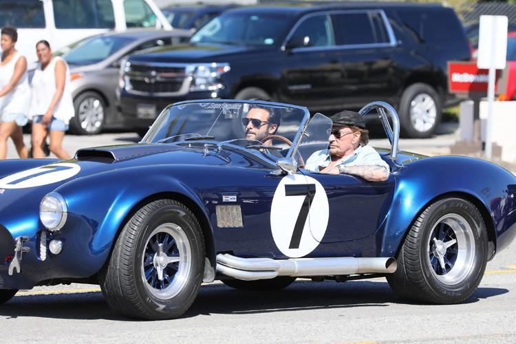 Johnny Hallyday était au volant de sa AC... (PHOTO AFP)