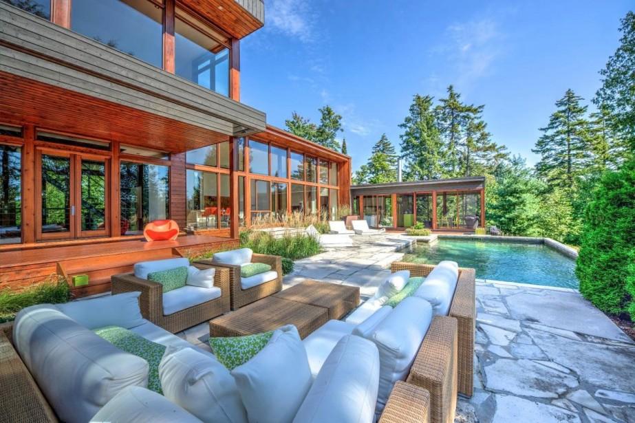 La maison possède une piscine et un spa.... (Photo fournie par Sotheby's Realty International QuéŽbec)