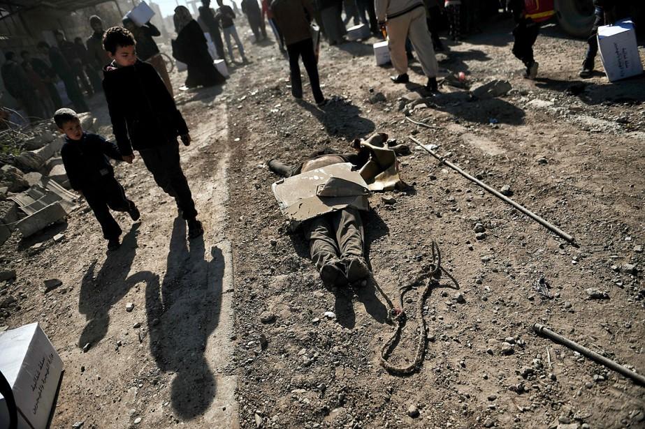 Des passants, dont des enfants, marchent dans les... (ARIS MESSINIS, AFP)