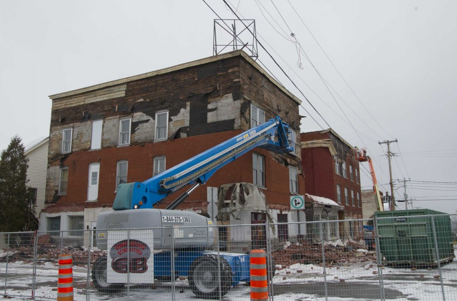 L'édifice de la 3e Rue du secteur Grand-Mère à Shawinigan abritait anciennement l'hôtel de La Salle. Un incendie avait endommagé la bâtisse en décembre 2012. | 10 mars 2017