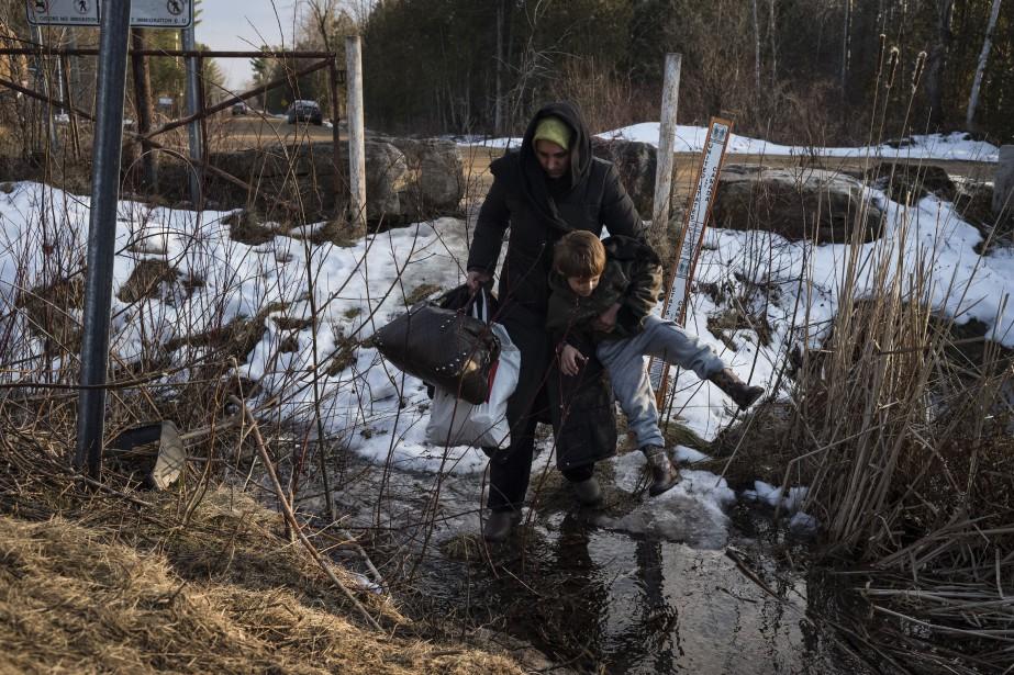 Une famille turque traverse la frontière pour demander... (Photo Todd Heisler, archives The New York Times)