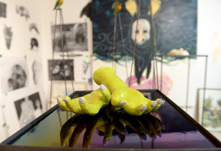 Des mains en céramiques d'Isabelle Demers, avec une toile de Fanny Mesnard en arrière-plan (Le Soleil Erick Labbé)