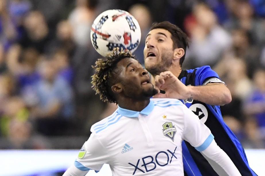 Ignacio Piatti et Roman Torres se sont affrontés à de nombreuses reprises dans le match. (Photo Bernard Brault, La Presse)