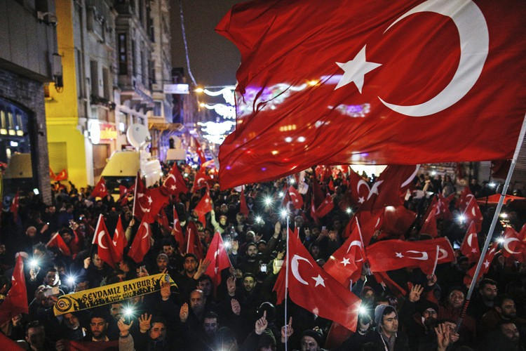 Des manifestants ont brandi des drapeaux turcs devantconsulat... (PHOTO AP)