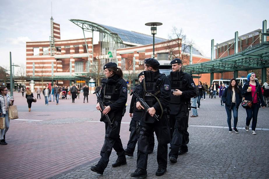 Des policiers patrouillent à Oberhausen où deux hommes... (PHOTO Bernd Thissen, ASSOCIATED PRESS/DPA)