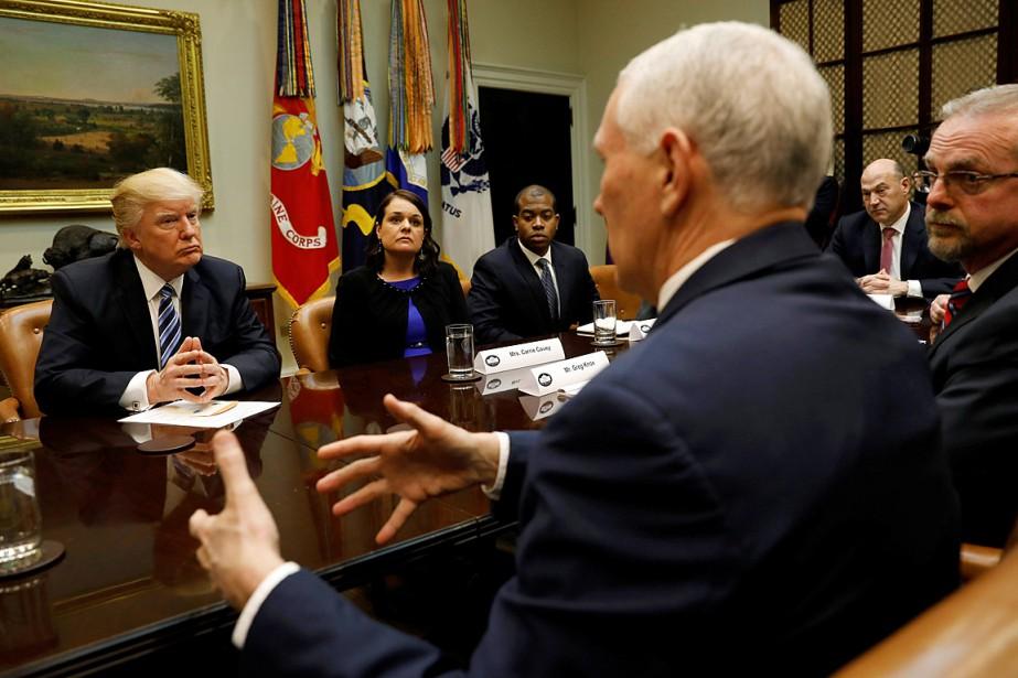 Donald Trump écoute le vice-président Mike Pence lors... (PHOTO KEVIN LAMARQUE, REUTERS)