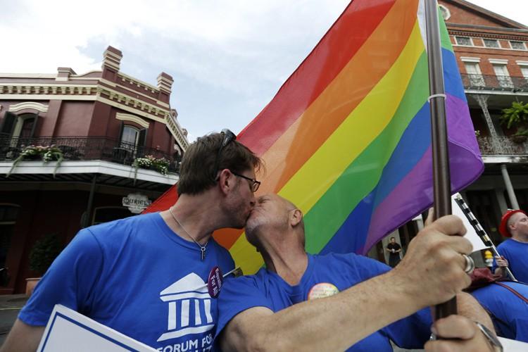 Un couple manifeste pour les droits de la... (ARCHIVES AP)